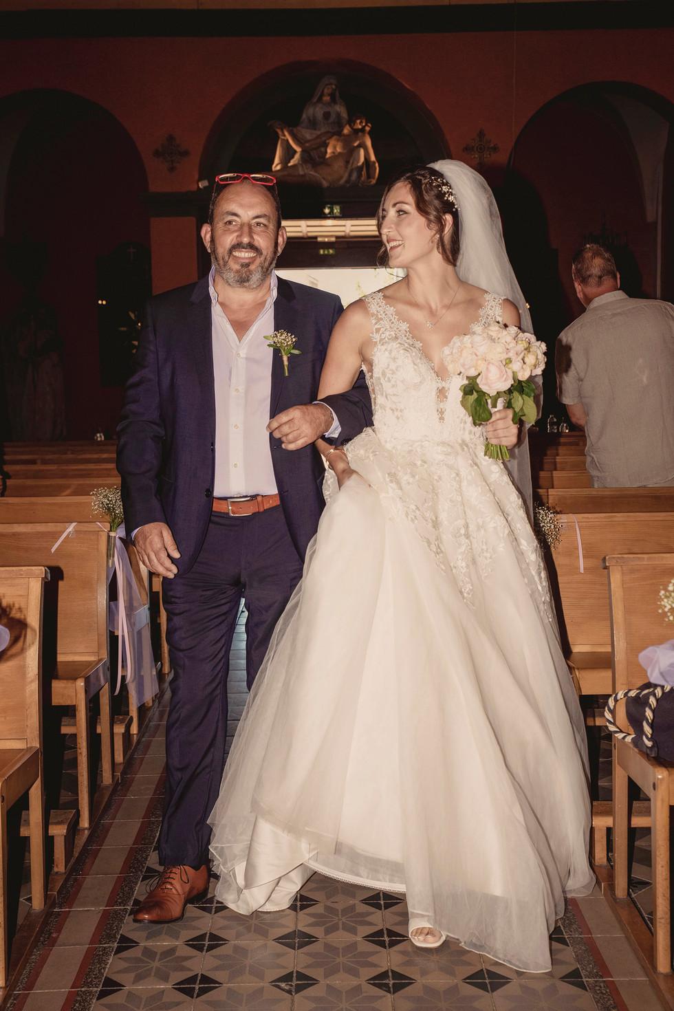 Un moment solennel, un papa fière d'amener sa fille devant l'autel.
