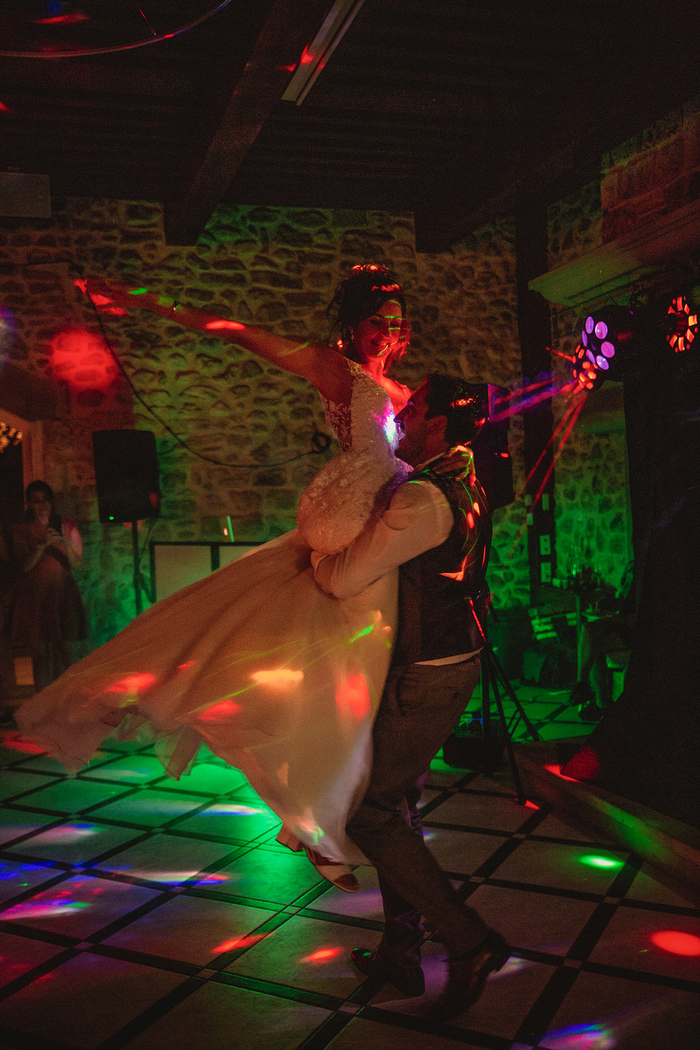 La soirée commence, les invités et les mariés vont passer une bonne soirée