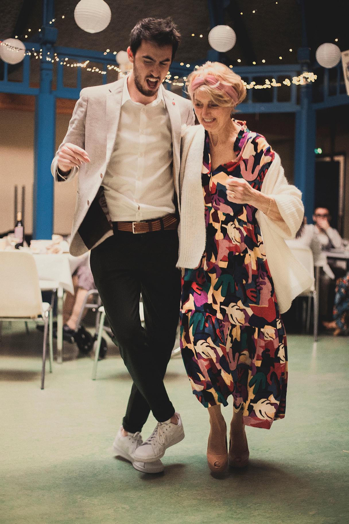 Il adore faire danser sa maman