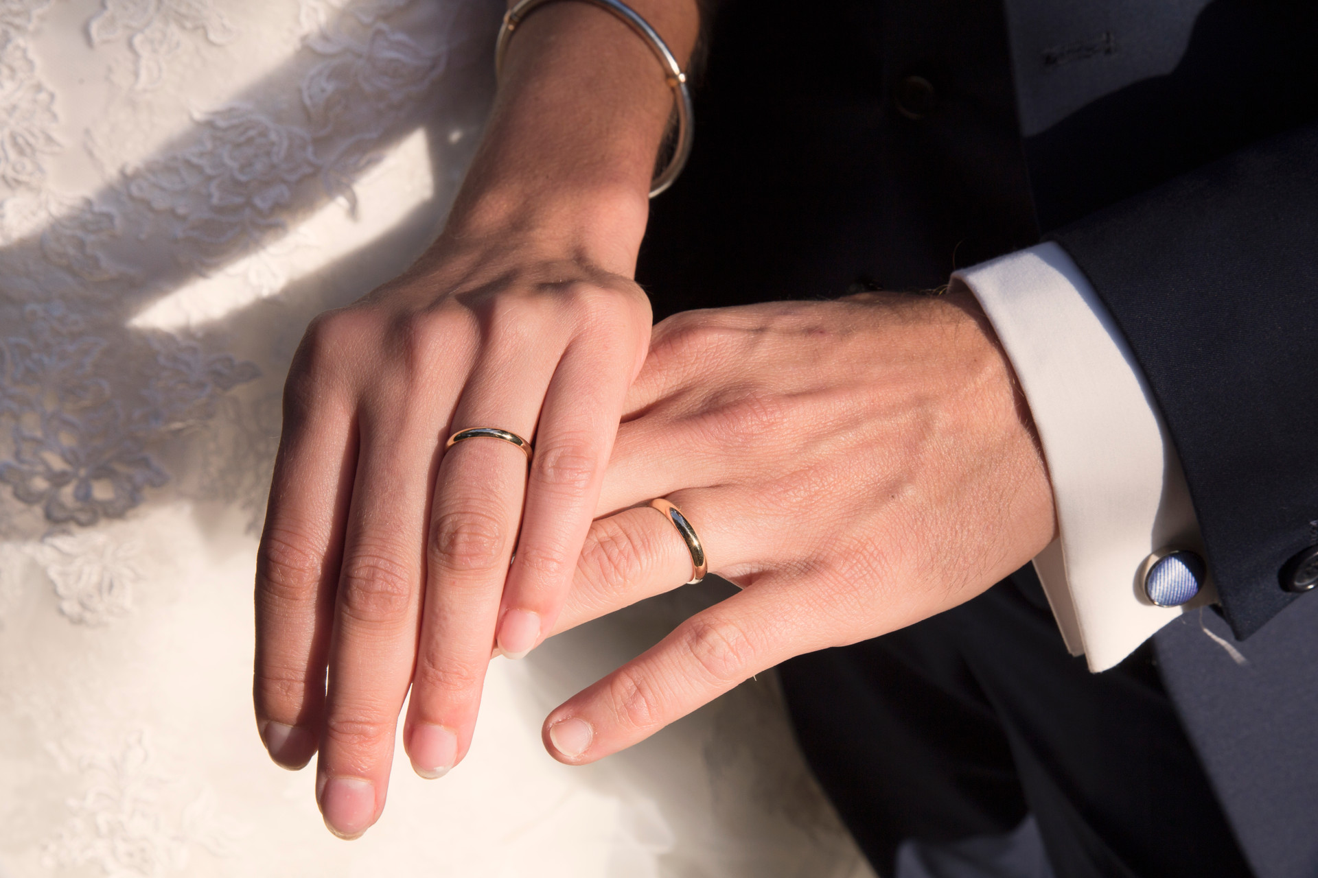 les bagues brillent au soleil couchant, ils sont mariés.