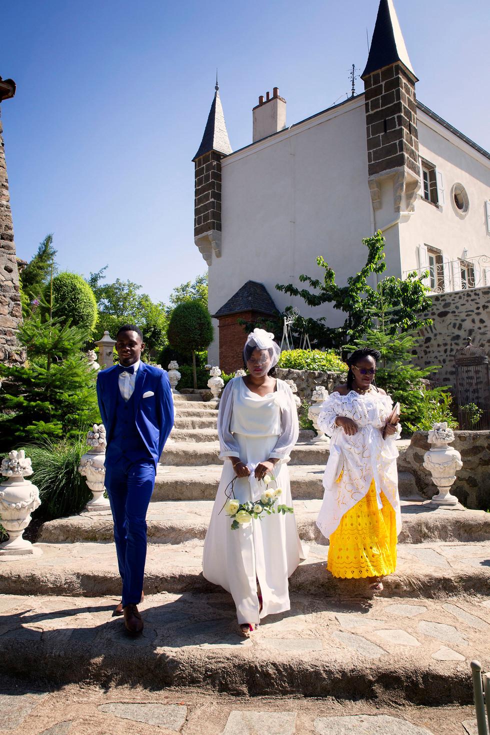 L'entrée de la mariée, son publique l'attend.