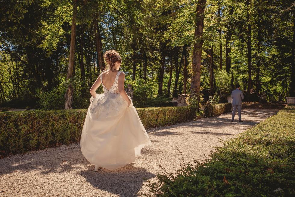La mariée s'avance dans l'allée du domaine de la Chartrognière pour faire la surprise à son future époux