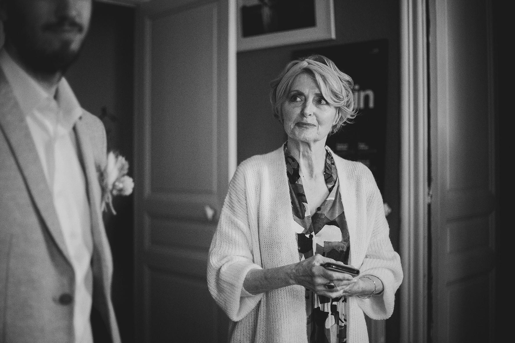 Un regard plein de fierté de la maman du marié pendant les préparatifs