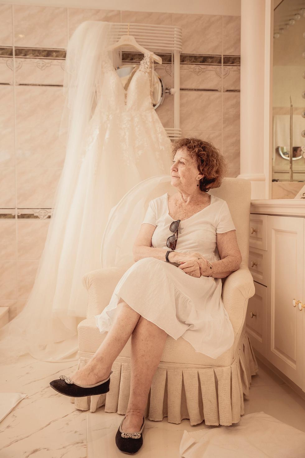 Pendant les préparatifs des mariés, la grand-mère observe d'un oeil attentif