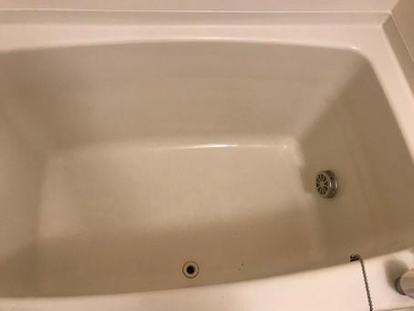 浴槽にできるこのスジ汚れ変色のご相談!