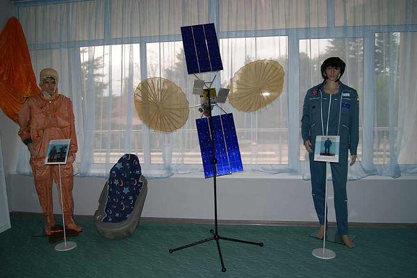 Образцы лётного и гидронепроницаемого костюма Форель. Также ложемент космонавта и макет автоматической системы Полярная звезда созданный на предприятии РКК Энергия.