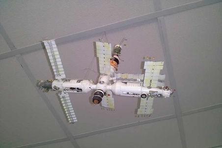 Макет орбитальной станции МИР-пилотируемый научно-исследовательский орбитальный комплекс, функционировавший в околоземном космическом пространстве с 20 февраля 1986 года по 23 марта 2001 года