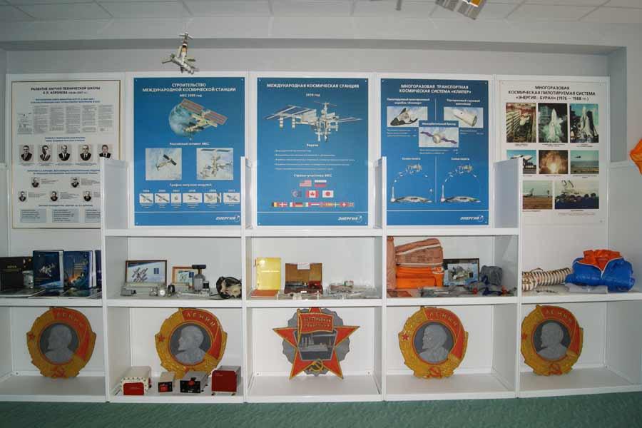 Зал музея космонавтики пансионата Восток в котором представлено космическое оборудование, ряд предметов созданных на предприятиях РКК Энергия необходимые для космического полёта