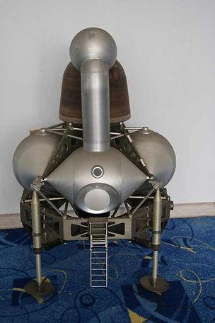 Лунный модуль для экипажа из двух человек с целью доставки с лунной орбиты на поверхность Луны и обратно. Шесть таких модулей успешно приземлились на Луне в 1969—1972 годах.