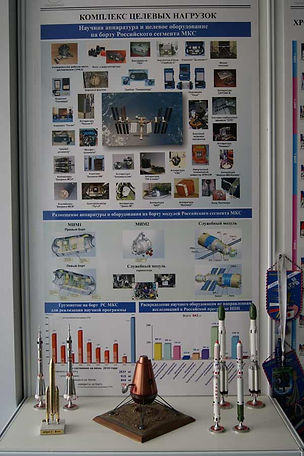 Настенный стенд с изображением многообразия аппаратуры на МКС. Макеты космических кораблей Союз, Протон, Зентит.европейской ракеры Ариан 5, лунника