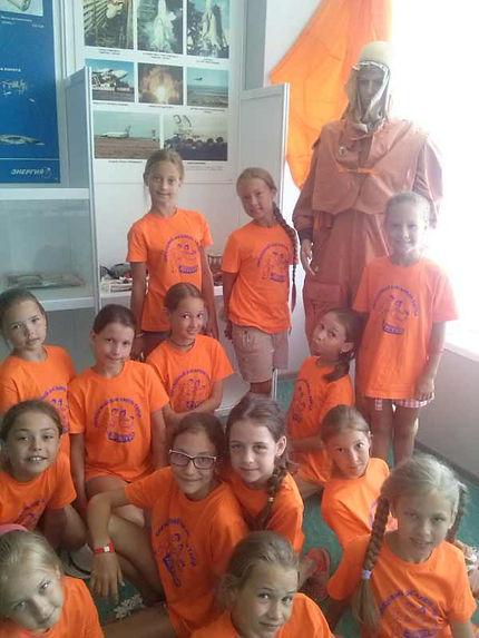 Детский творческий коллектив из г. Екатеринбург на экскурсии в музее космонавтики. Фото на память.