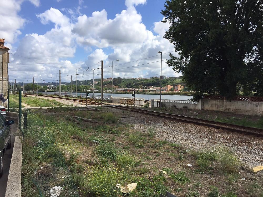roço da linha do combóio entre a estação velha e a estação nova de coimbra