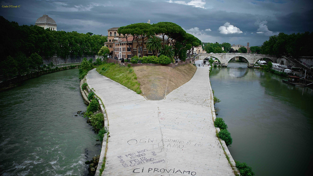 The Tiberine Island going from the Jewish Ghetto to Trastevere photographed by Giulio D'Ercole, Rome Photo Fun Tours, on his photo workshop.