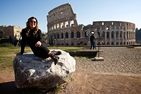 Chinese client posing at Palatine Hill, Colosseum in the background on the Photo-shooting your Roman Holidays session by Giulio D'Ercole
