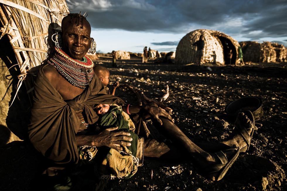 Elder Turkana Woman with child DSC_689