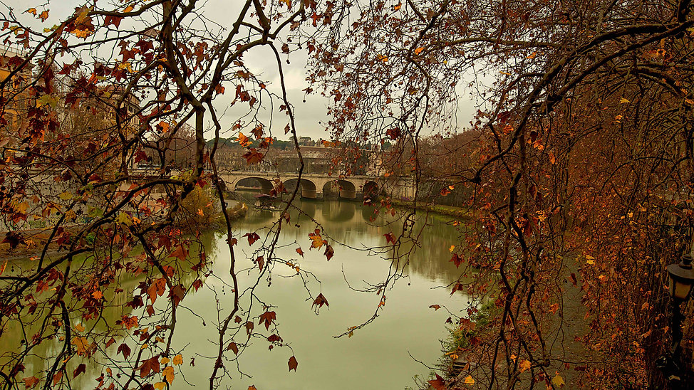 Capturing Fall and Winter colors on the Tiber along a Rome by day beauty and history photo tour. Photo by Giulio D'Ercole, Rome photo fun tours.