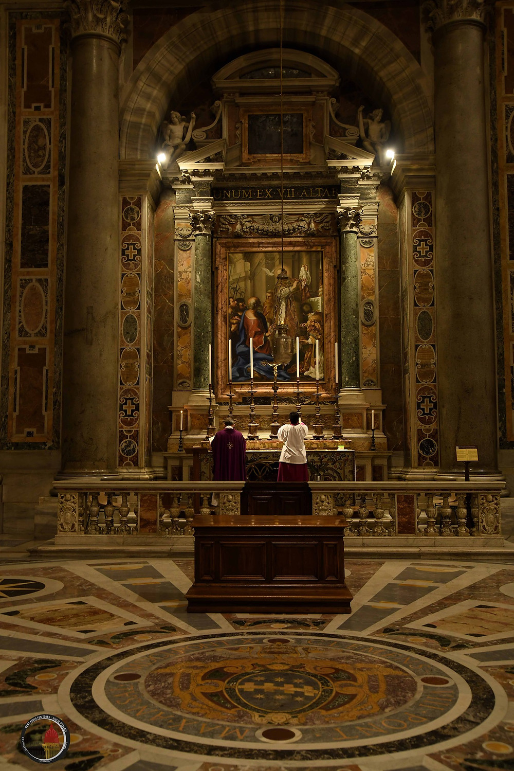 Celebrating mass in St. Peter's Church, Vatican City. Rome, churches, angels and art. Photo by Giulio D'Ercole. Rome Photo Fun Tours