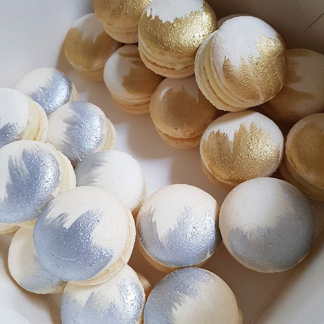 Metallic macs ☆☆☆ #macarons #pemulwuycupcakes #yummy #party #gold #silver #bling