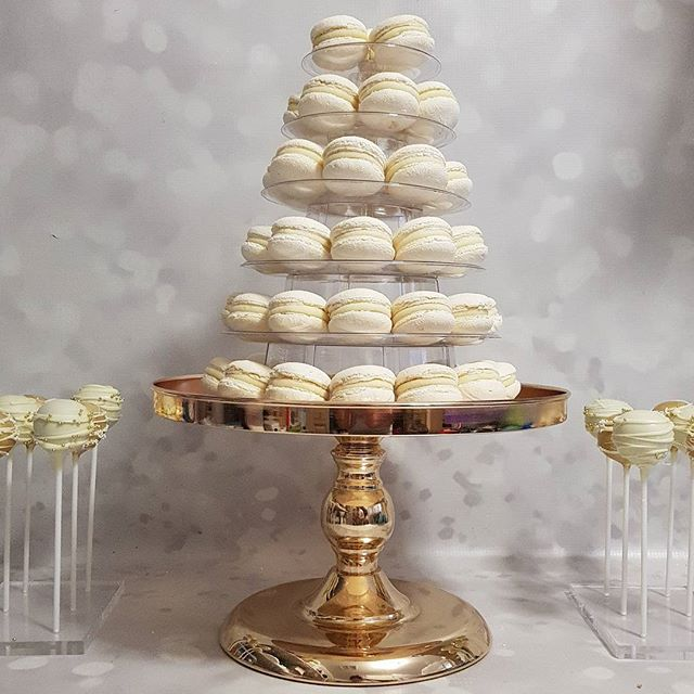 Bridal shower glam 💍👑💖 #bridetobe #bridalshower #macarons #cakepops #gold #white #pemulwuycupcake