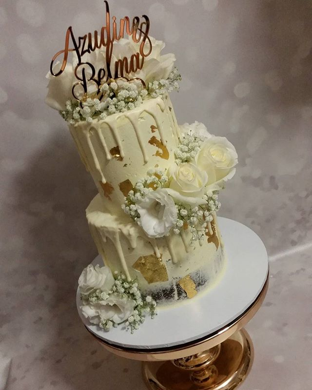 ♡ Engagement cake ♡_#white #gold #roses #drip #homebaker #pemulwuycupcakes #chocolate #cake #love #e