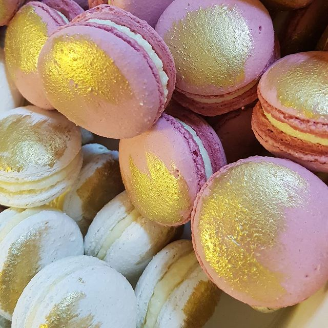 Dusty pink & white macs ♡__#pemulwuycupcakes #gold #dustypink #vanillabean #musk #macarons #yummy