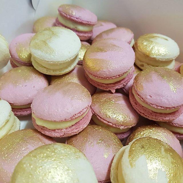 Macs ♡  #dustypink #gold #white ♡ _#pemulwuycupcakes #macarons