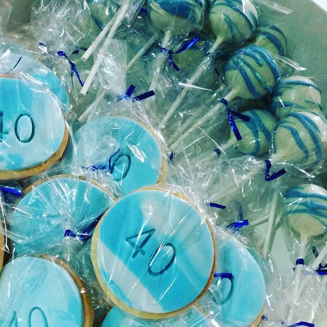40th cookies and cake pops in blue and white _#favors #birthday #partyideas #pemulwuycupcakes #cakep
