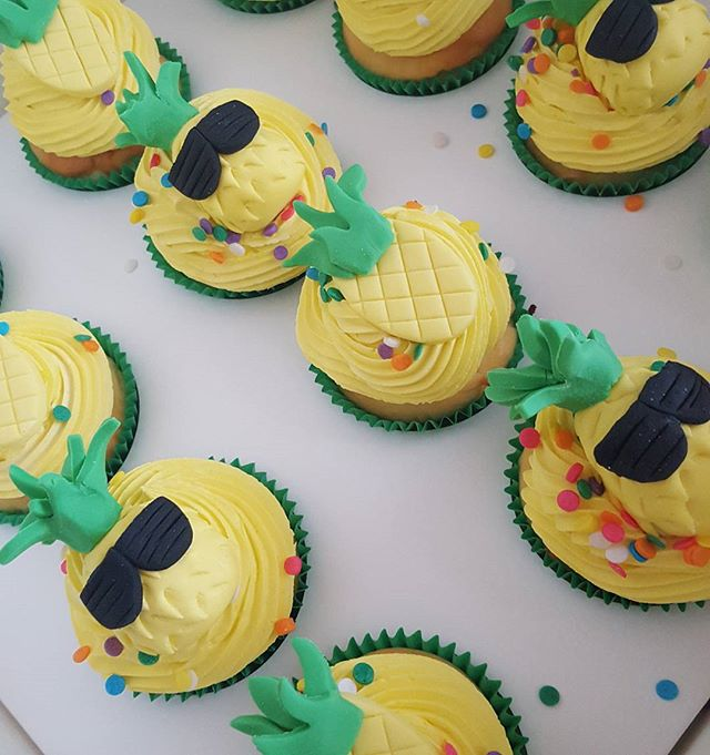 These pineapples are ready to party _D__#birthday #cupcakes #pemulwuycupcakes #pineapples #cool #yel