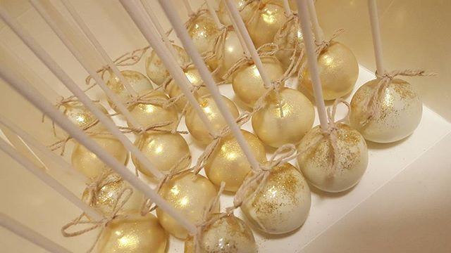 Pearly gold cake pops ☆_#cakepop #gold #mudcake #pemulwuycupcakes #bling