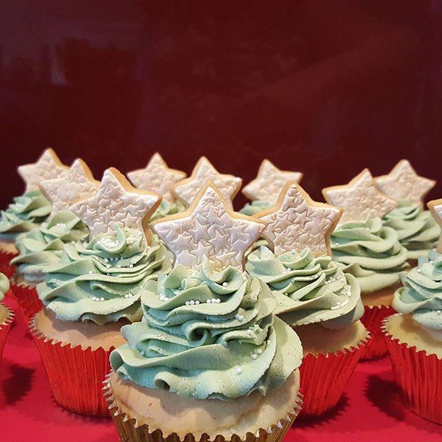 #christmas #cupcakes ☆☆☆ #green&gold #stars🌟 #pemulwuycupcakes #homebaking #whitechocolatebuttercre
