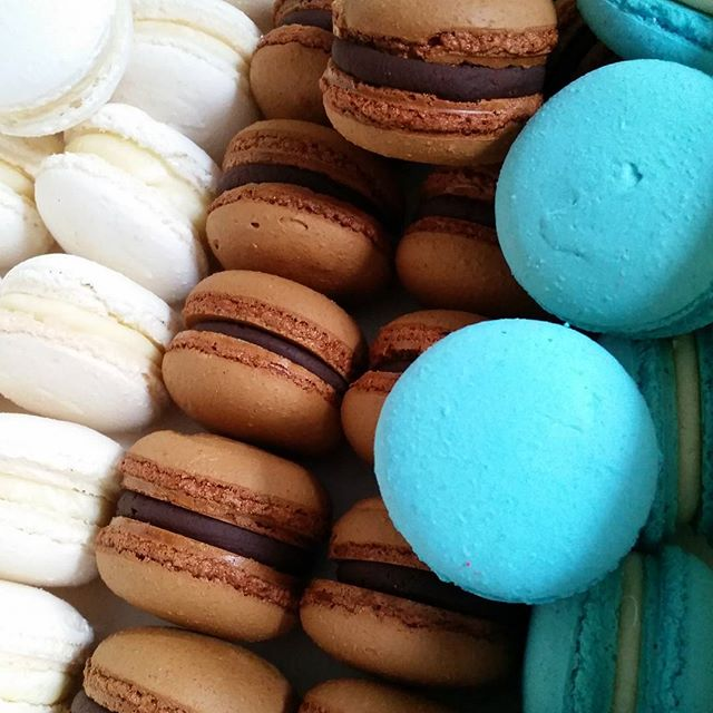 Best color combo ♡♡♡ #macarons #blue #bubblegum #chocolate #whitechocolate #pemulwuycupcakes #baptis