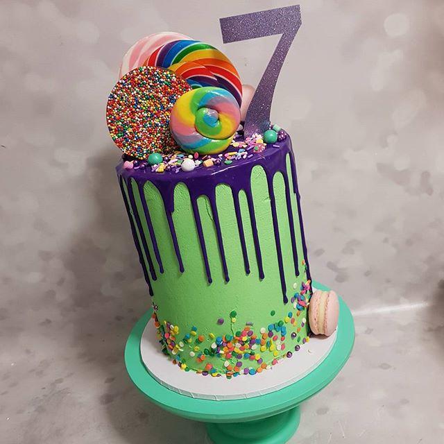 #seven #dripcake #lollypop #sprinkles #love #best #pemulwuycupcakes #fun #kidspartyideas #kidscakes