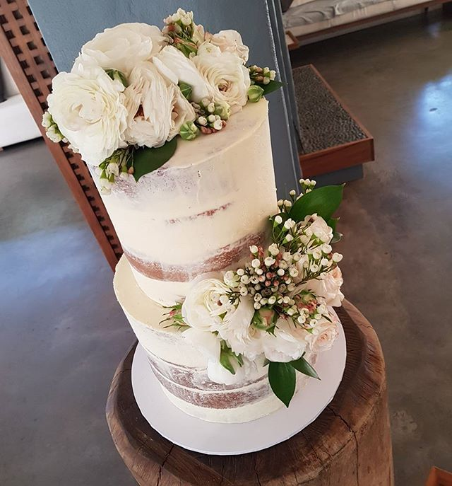 Wedding bliss ♡__Wishing bryan & xiomara many happy years together!__#freshfloral #weddingcake #semi