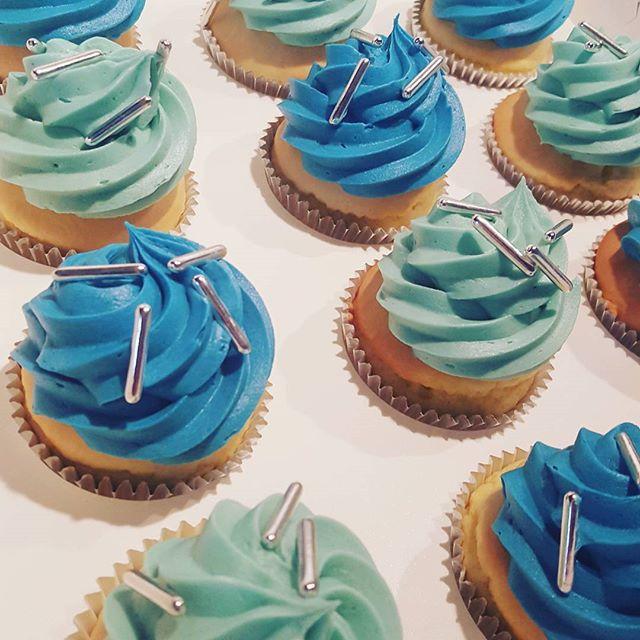 Simple vanilla cupcakes ♢ _#pemulwuycupcakes #blue #sprinkles #silver #vanilla