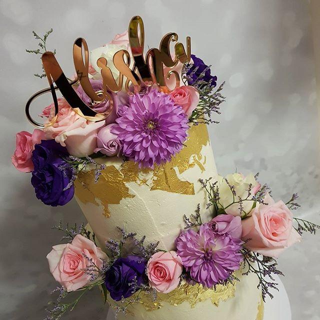 #stunning #freshflorals #flowers #roses #pink #purple #gold #goldleaf #vanilla #pemulwuycupcakes #lo