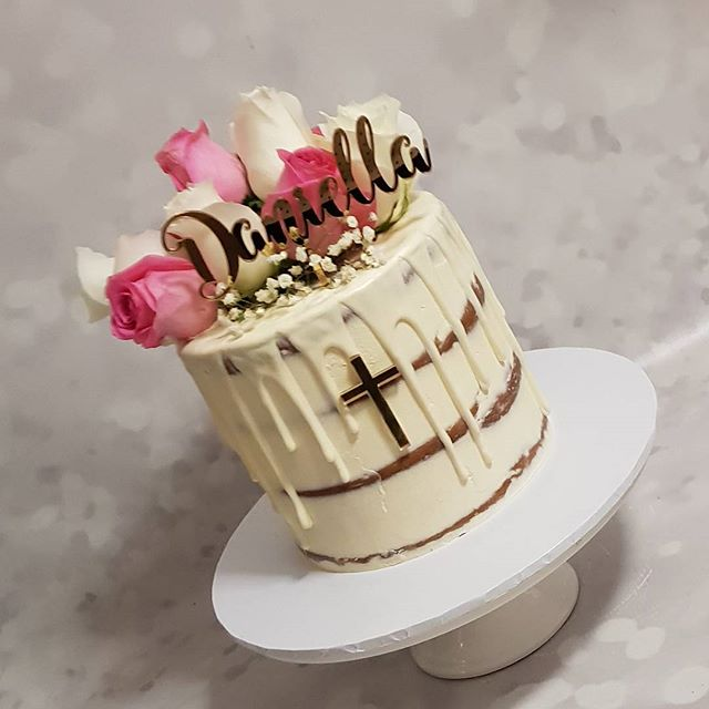 God bless Daniella on this special day 💐🌹 #pemulwuycupcakes #baptism #seminaked #freshflorals #pin