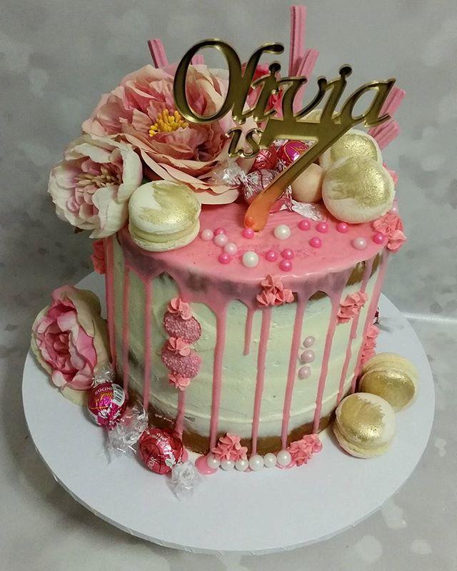 Pinks & gold drip cake _#pemulwuycupcakes _Topper _alaroch _#pink #gold #dripcake #lindt🍫  #macaron