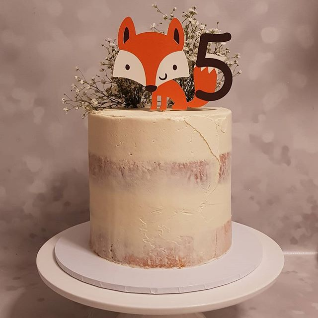 Simple but oh so cute ♡__#foxy #buttercream #babybreath  #pemulwuycupcakes #vanilla #five #birthday