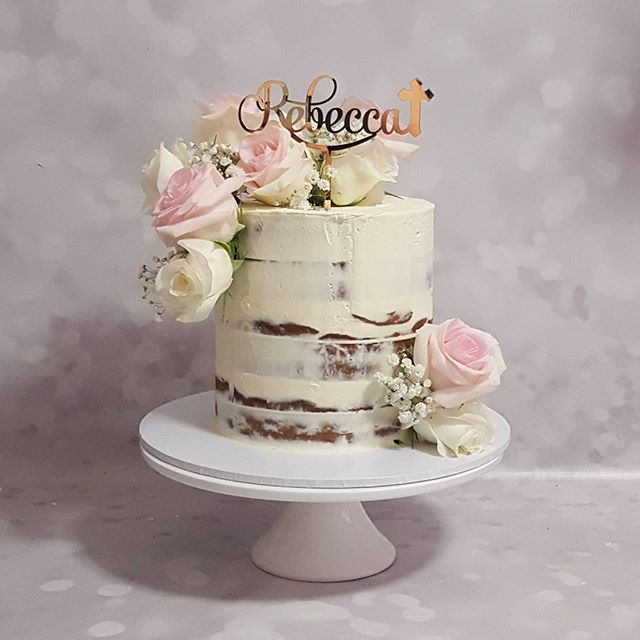 Semi naked communion cake ♡__#freshflorals #roses🌹 #pemulwuycupcakes #girl #cake #gold #communion #