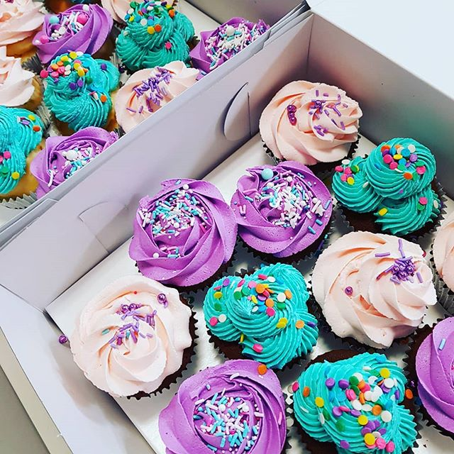 #cupcakelove _#pemulwuycupcakes #cupcakes #brights #sixteen #partyideas #sprinkles #funfetticake