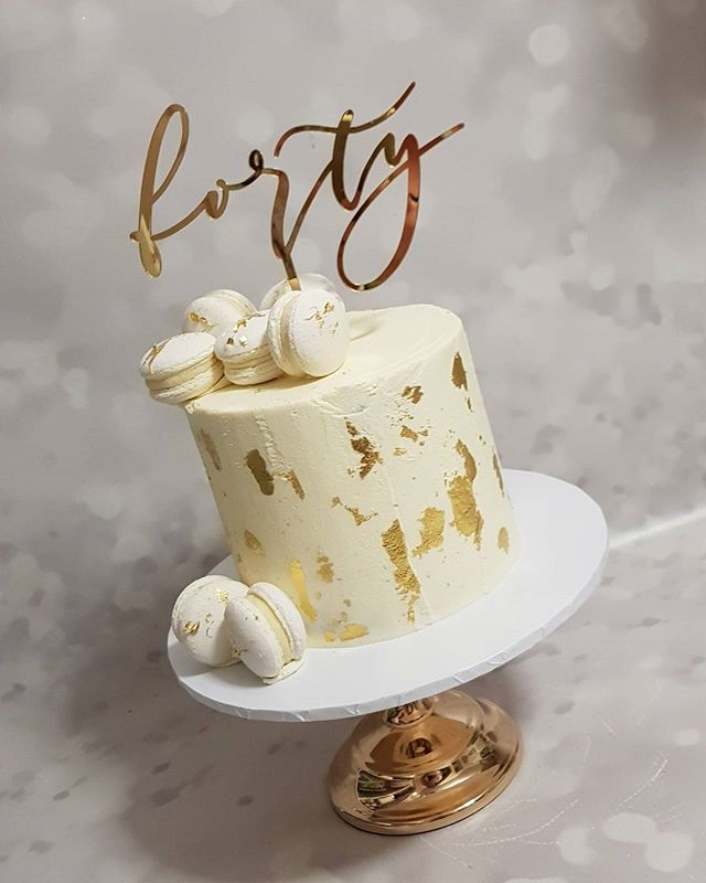 #forty _#pemulwuycupcakes #buttercream #vanillabean #gold #goldleaf #macarons #happybirthday #partyi