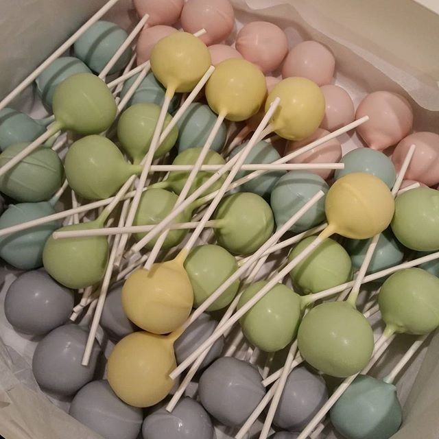 Lots of pastel #cakepops !__#pastels #babyshower #baby #pemulwuycupcakes #favors #partyideas #chocol
