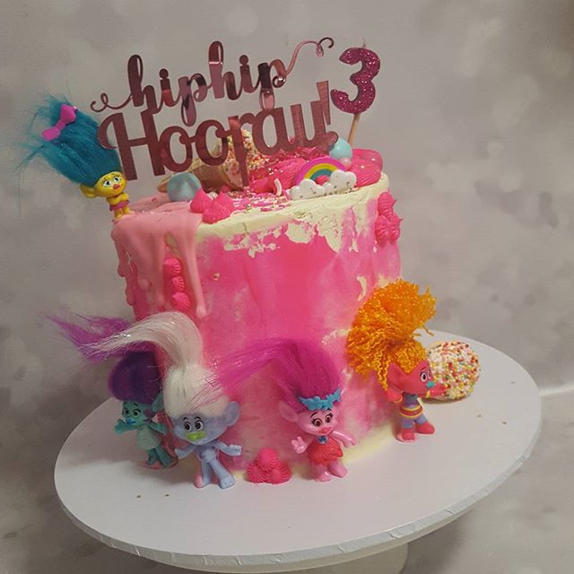 Happiest 3rd birthday to my abby ♡__#hotpink #trolls #cake #birthday #3today #sprinkles _sweetapolit