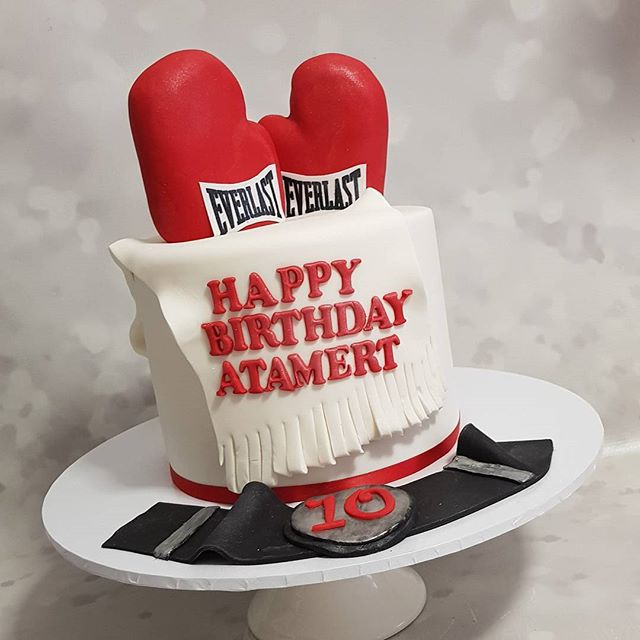 #boxing #happybirthday #pemulwuycupcakes #boyscakes #kidspartyideas #boxer #sports #ten #everlast #r