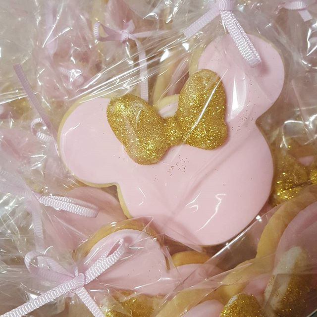 Blinging gold bows on minnie cookies ♡♡ #custom #cookies #minniemouse #partyfavors #pemulwuycupcakes