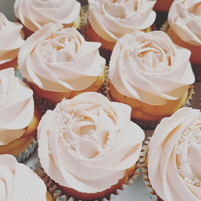 Simple but lovely ♡♡♡ #cupcakes #softpink #pemulwuycupcakes #buttercream