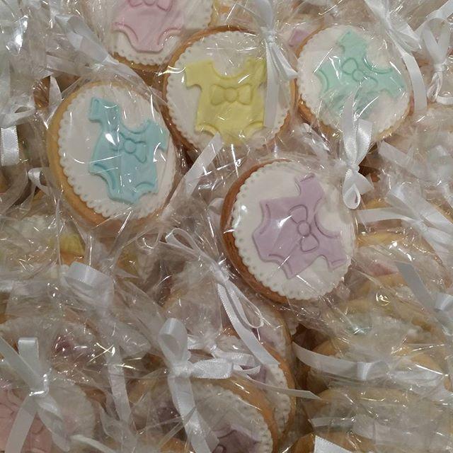 Cookies!! #babyshower #favors #onsie #baby #vanilla #cookie #pemulwuycupcakes #partyfavors #pastels