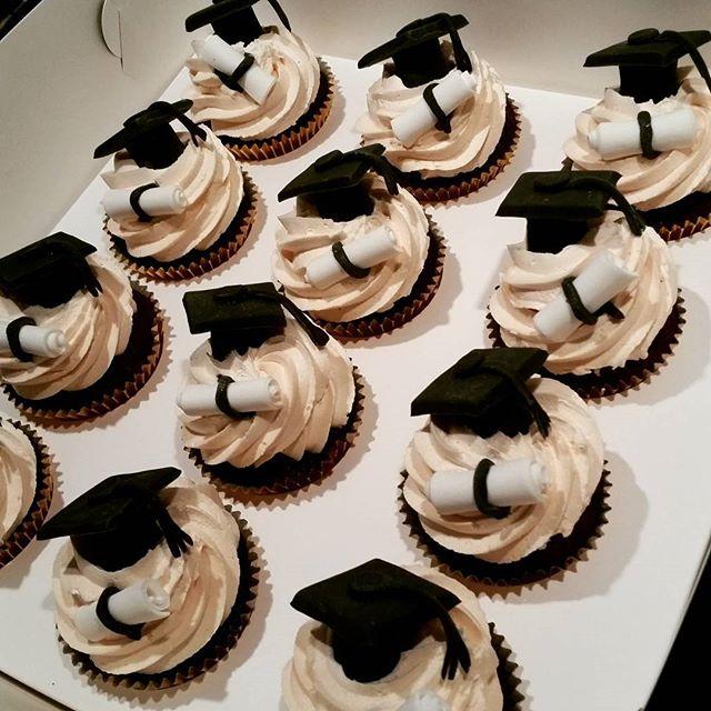 Graduation cupcakes _#diploma #graduation #pemulwuycupcakes #custom #redvelvet #mini #school #univer