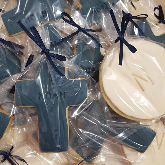 Love these colors ♡__Cookie favors for Noahs communion tomorrow__#pemulwuycupcakes #communion #boy #