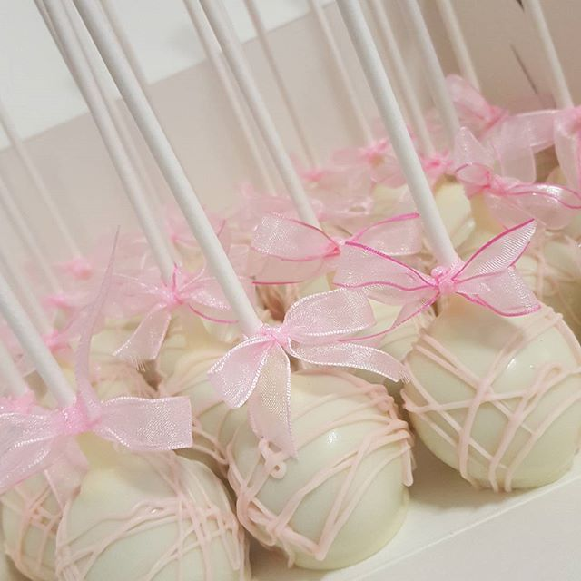 The prettiest cake pops ♡__#pink #white #pemulwuycupcakes #girls #communion #bows #chocolate